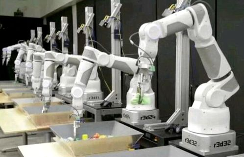 Google taught robots to lift the individual items